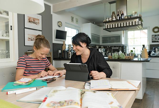 Schule Homeschooling lernen Tisch Bücher