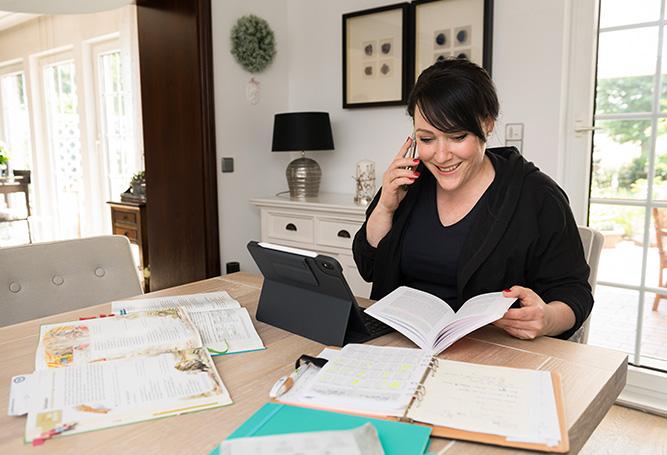 Hausaufgabenbetreuung digital Helfer Homeschooling Tisch Bücher