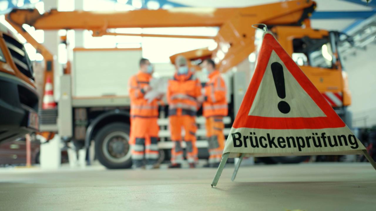 Warndreieck Brückenprüfer Wegbereiter öffentlicher Dienst